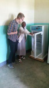 Durch die dauerhafte Stromversorgung der Solaranlage, kann der Blutkonservenkühlschrank betrieben werden